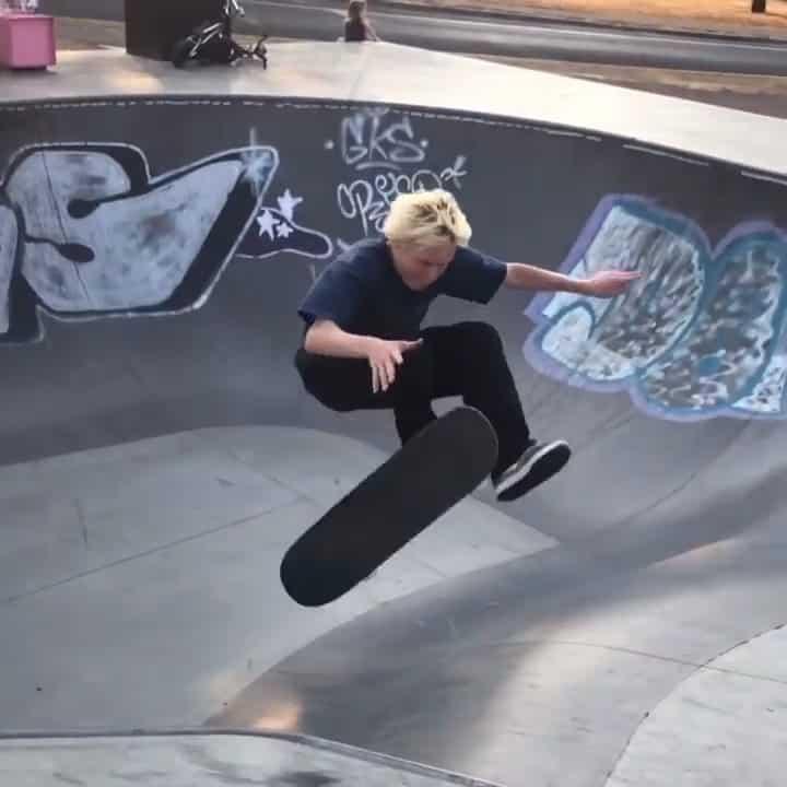 Flying around the park with @kieranwoolley_ : @marleyrrae #shralpin #skateboardi…