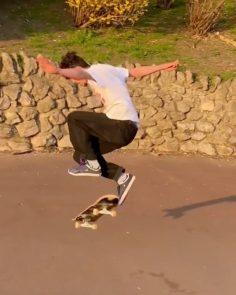 Fakie bigger-er spin @_jamiegriffin #shralpin #skateboarding…