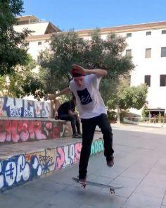 Hardflip lateflip  @_jamiegriffin : @alexdecunha #shralpin #skatebording…